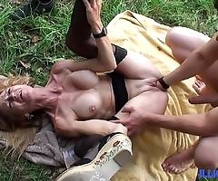 Bonne cougar tow-haired et bien grown up baisée dans un champ [full video]